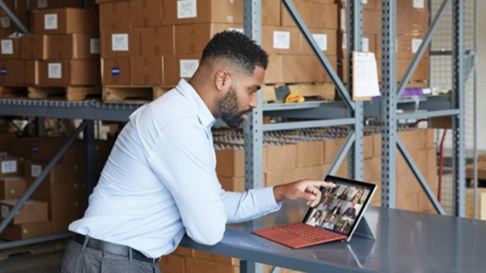 オンライン会議で Surface Pro 7+ を操作する人